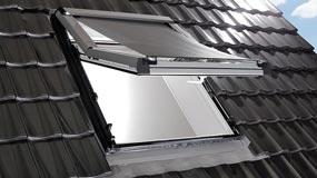 Ein Dachflächenfenster mit aussenrolllo